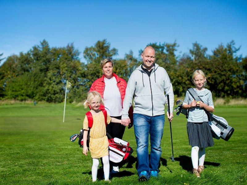 Familie på golf banen - Gæster er velkomne