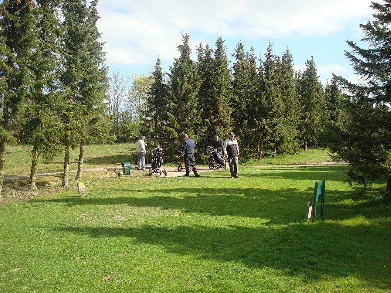 Golfspillere på golfbanen i Åskov golfklub
