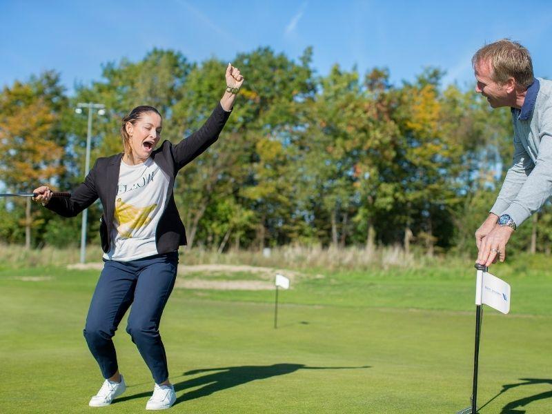 Kvinde og mand på golfbanen - Prøv verdens sjoveste sport